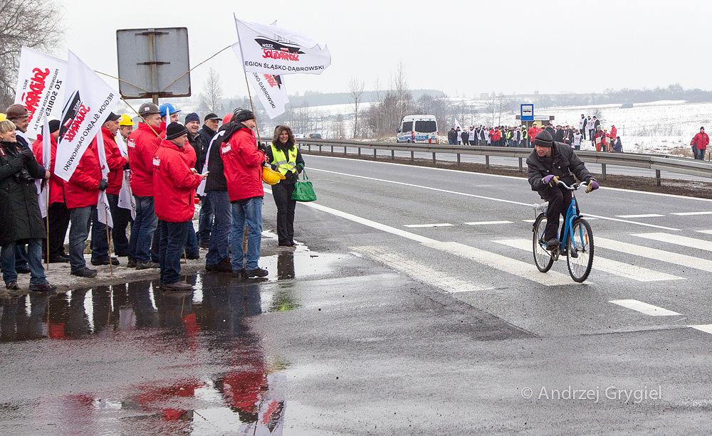 Okolice Siewierza, 17.02.2015 Związkowcy przygotowują się do zablokowania trasy Katowice - Częstochowa