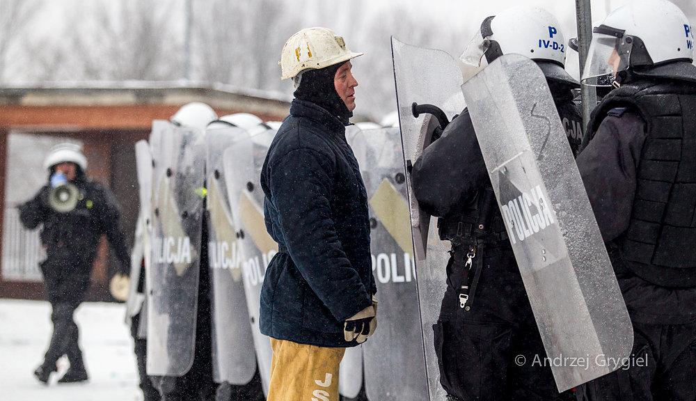 Jastrzębie Zdrój, 09.02.2015 Protestujący przed JSW górnik próbuje powstrzymać policjantów