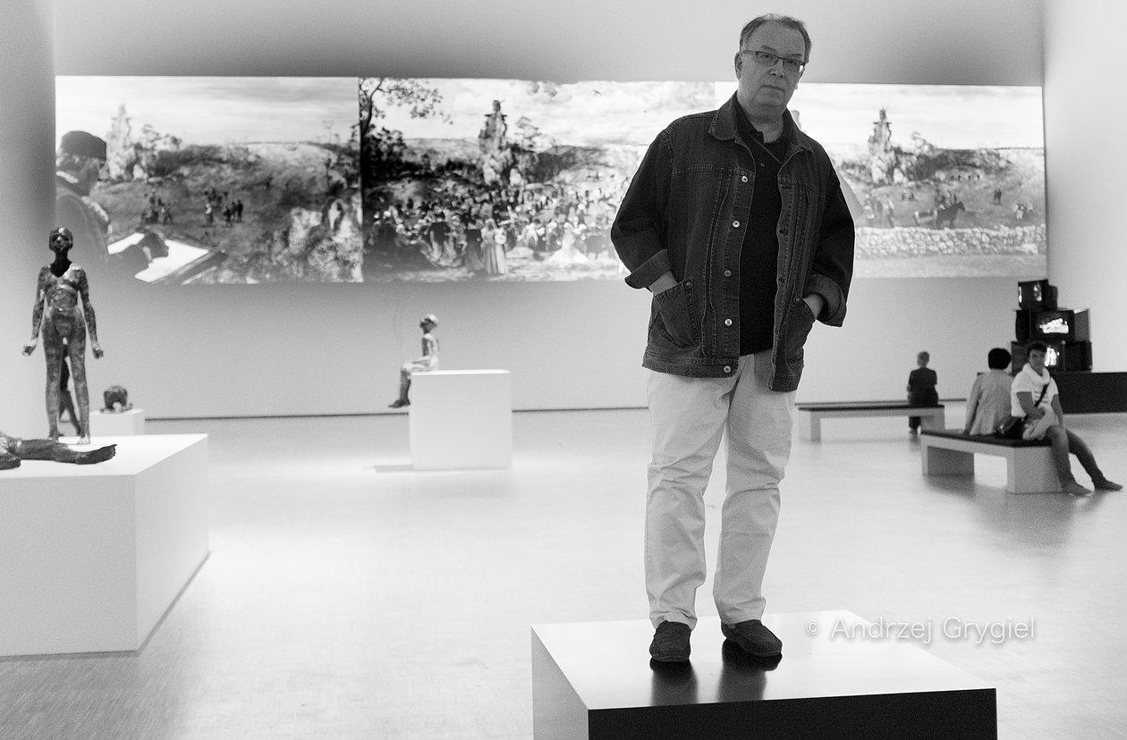 Katowice, 22.09.2015 Lech Majewski pozuje jako eksponat na tle swojej instalacji w Muzeum Śląskim