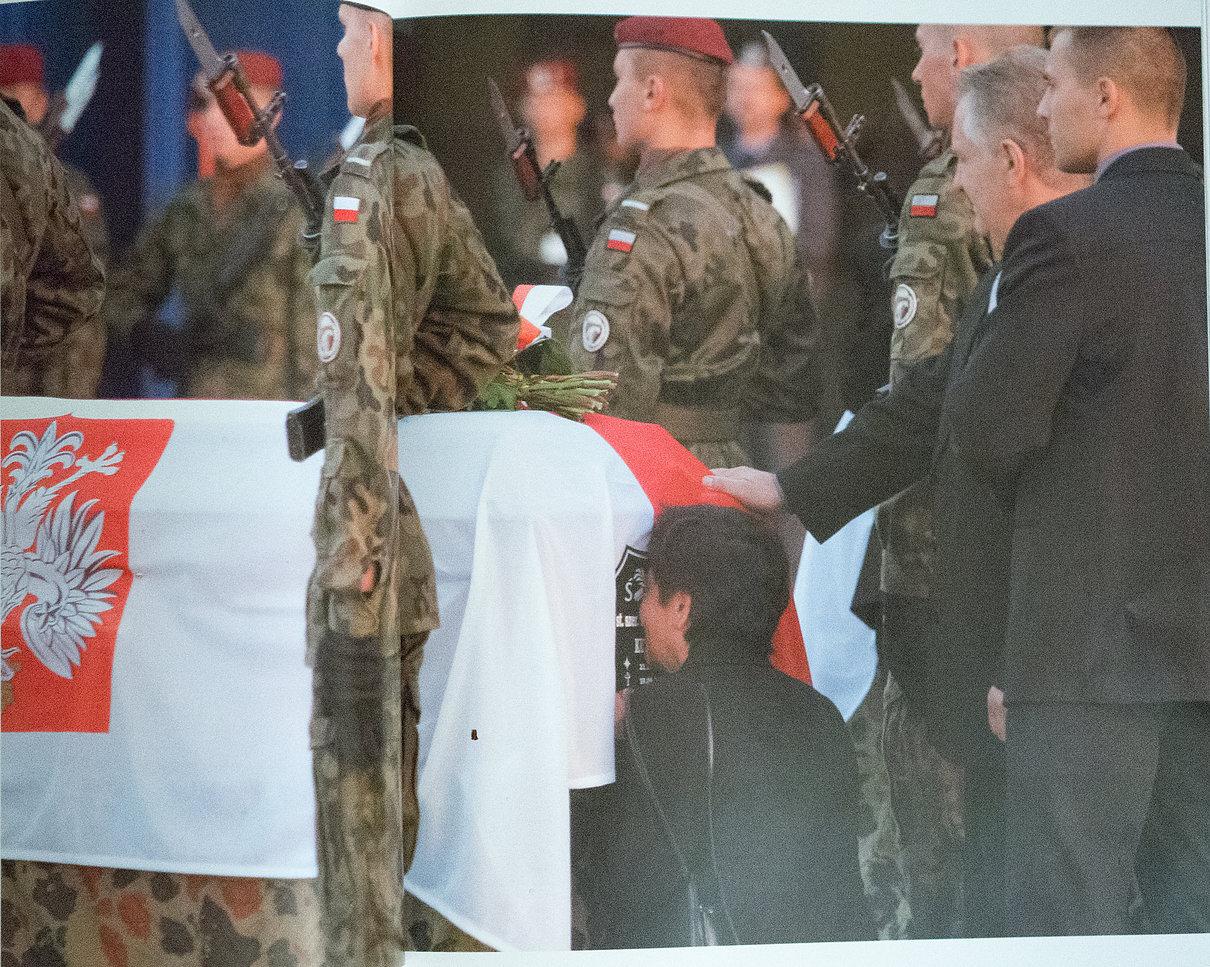 Rodziny witają trumny z ciałami żołnierzy poległych w Iraku