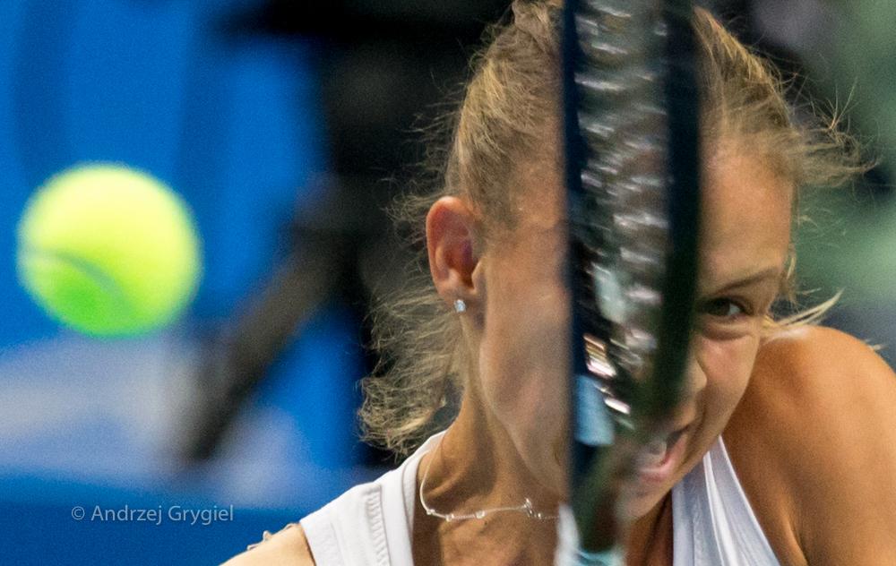 Katowice,  07.04.2016.  Magda Linette w meczu z Stefanie Voegele podczas WTA Katowice Open w Katowicach Tenis nie jest przesadnie popularną wśród kibiców dyscypliną sportu. To nawet dziwne, bo przez okno od kilku już dni słyszę stękanie graczy na korcie. I tak będzie do późnej jesieni... Od trzech lat publikę do Spodka przyciąga tylko jedno nazwisko, mimo to nawet, że ostatecznie to nazwisko w Spodku nie wygrało. A szkoda. Bo  Można było dziś popatrzeć, jak panna Magda chłopca (dziewczęcia?) do bicia stała się triumfatorką. Na razie meczu, nie turnieju.