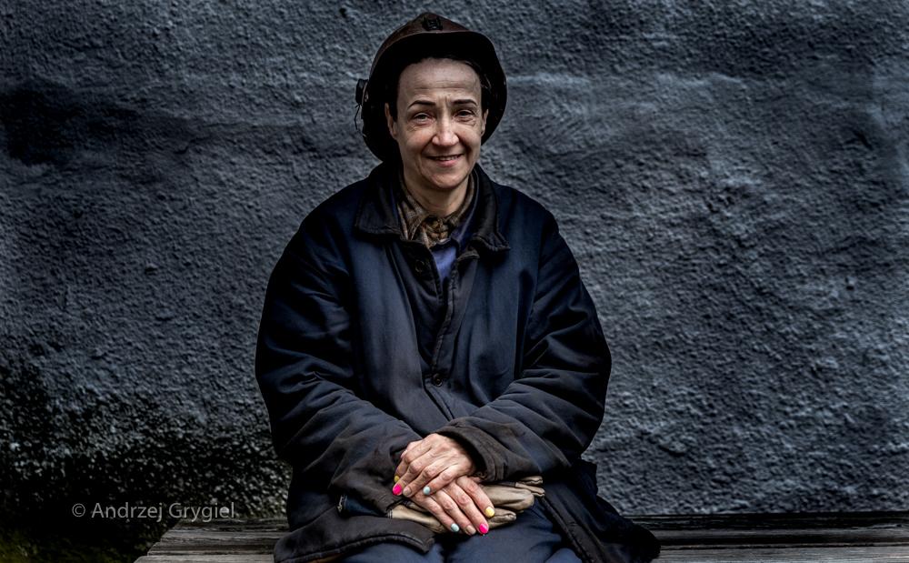 Ruda Śląska, 08.04.2016 Pani Alina pracuje w 6 już kopalni, do emerytury zostało kilka lat. Martwi sie więc, co będzie z jej kopalnią bo roboty innej raczej nie znajdzie. Martwi się ale to nie znaczy, że nie może wnieść w szary dzień odrobiny koloru.