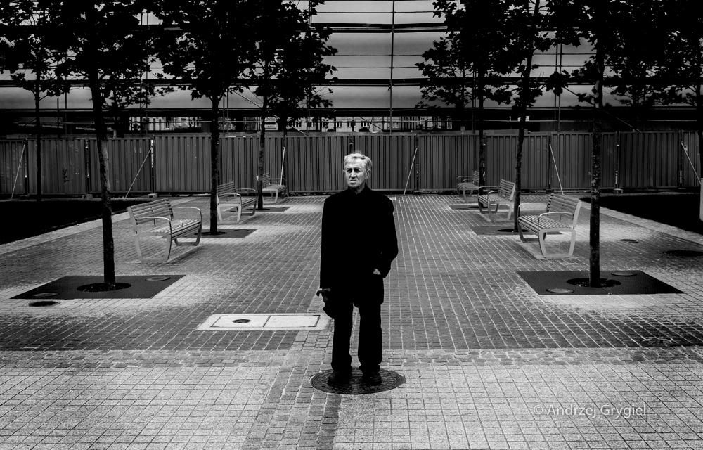 Katowice, 02.06.2016 Miasto potrafi zaskoczyć. Idąc dziś najpierw zobaczyłem palmy. A potem człowieka, który stał.
