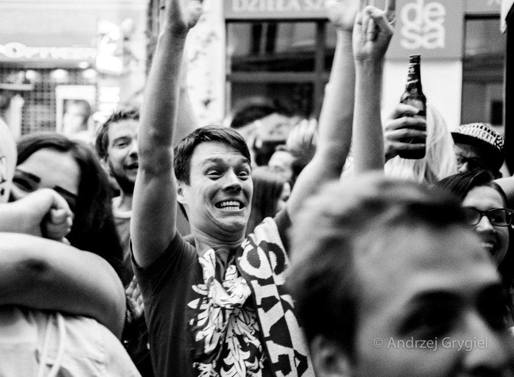 Katowice, 30.06.2016. Dziś o 9.30 na katowickim Rynku dwie pary patrzyły sobie głęboko w oczy. Pozostali zasiadali w kilkunastu pubach i zazwyczaj z kuflem wpatrywali się w telewizory.  Jest 90 minuta, pewnie będzie dogrywka, kto wie co potem - ale ci, co w barwach narodowych  razem z telewizorami śpiewali hymn mieli już chwilę radości.