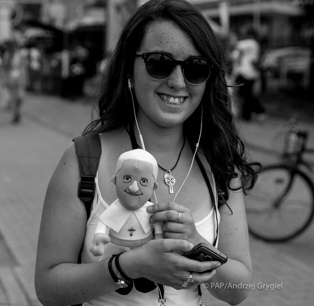 Kraków, 27.07.2016 Papież Franciszek to trochę taki papież Francik - swój chłop, zawsze się uśmiecha i chyba trochę zawstydza sposobem bycia innych ważnych tego świata. Więc papież Francik przybył dziś do Krakowa by spotkać się z młodzieżą.