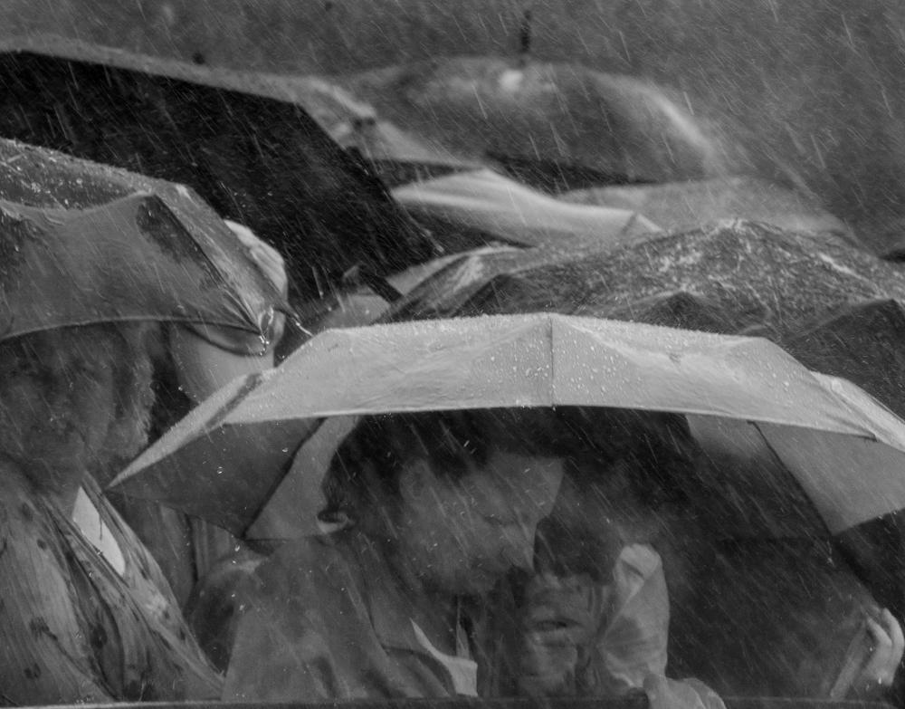"""Kraków, 31.07.2016 Dokładnie w momencie, gdy Franciszek kończył mówić """"Do widzenia"""" gruchnął piorun. Taki, że najtwardsi podskoczyli. Taki, co wieści. Papież odszedł z okna ale ludzie zostali."""